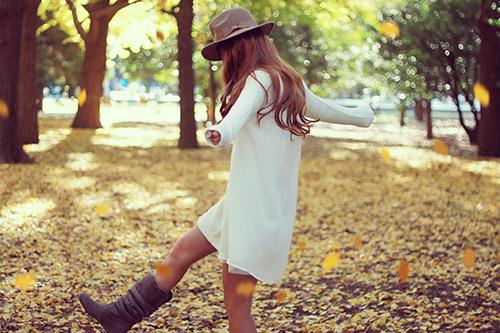 「イチョウ」「ブーツ」「女性・女の子」「帽子」「秋」「落ち葉」などがテーマのフリー写真画像
