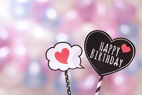 「HAPPY BIRTHDAY」「おめでとう」「お祝い」「お誕生日おめでとう」「ハート」「フォトプロップス」などがテーマのフリー写真画像