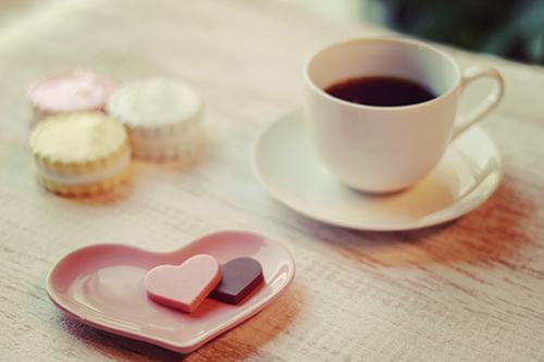 「カフェ」「コーヒー」「チョコレート」「ドリンク」「マグカップ」「飲み物」などがテーマのフリー写真画像