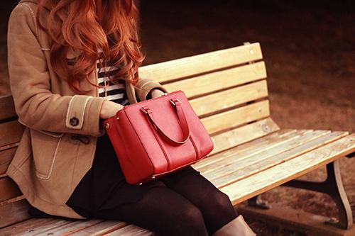 「バッグ」「ベンチ」「公園」「冬」「女性・女の子」などがテーマのフリー写真画像