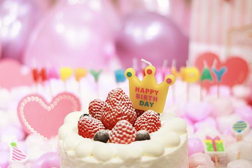 オシャレな誕生日画像:可愛い王冠キャンドルとイチゴのショートケーキ
