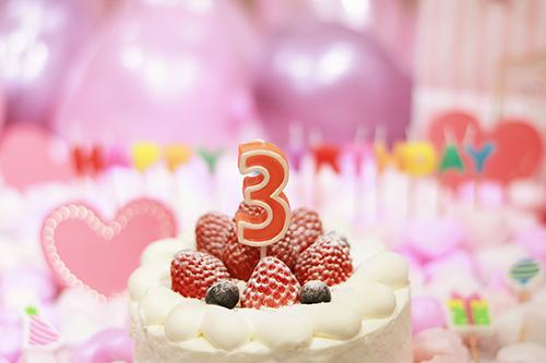 オシャレな誕生日画像:可愛いケーキとキャンドルでお祝い〜3歳編〜