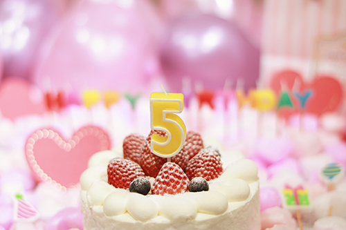 オシャレな誕生日画像:可愛いケーキとキャンドルでお祝い〜5歳編〜