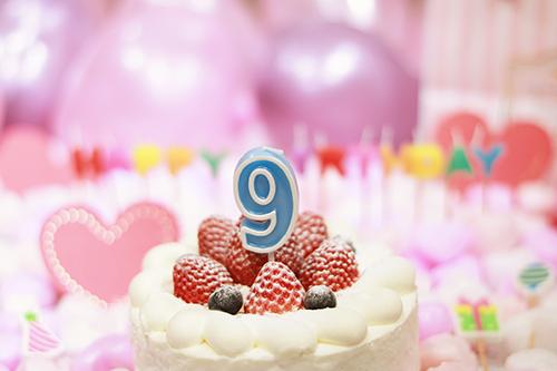 オシャレな誕生日画像:可愛いケーキとキャンドルでお祝い〜9歳編〜