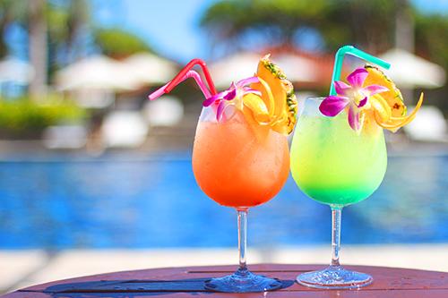 「プール」「リゾート」「夏」「飲み物」などがテーマのフリー写真画像