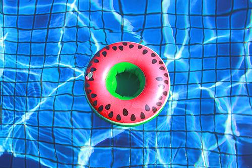 「ドリンクホルダー」「プール」「リゾート」「俯瞰撮り」「夏」「水面」「浮き輪」「真上から」などがテーマのフリー写真画像