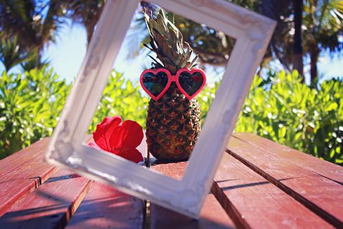 「サングラス」「パイナップル」「ハイビスカス」「夏」などがテーマのフリー写真画像