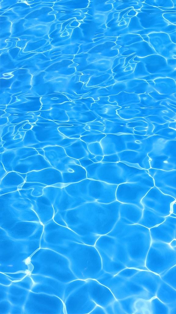 【オシャレなiPhone壁紙】太陽の光が揺れるプールの水面