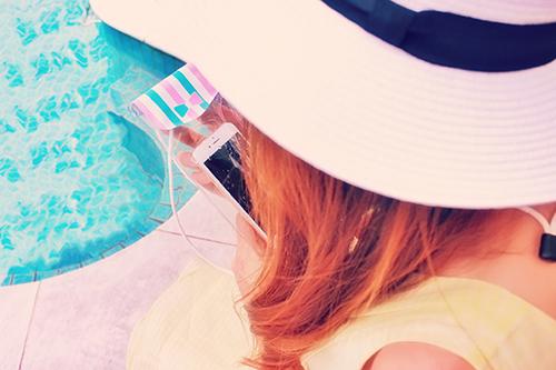 「iPhone」「プール」「夏」「女性・女の子」「防水ケース」などがテーマのフリー写真画像