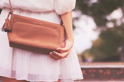 「カバン」「女性・女の子」「森」「秋」などがテーマのフリー写真画像