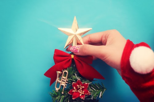 「オーナメント」「クリスマスツリー」「クリスマスネイル」「クリスマスパーティ」「サンタ」「ネイル」「女性・女の子」「電飾」などがテーマのフリー写真画像