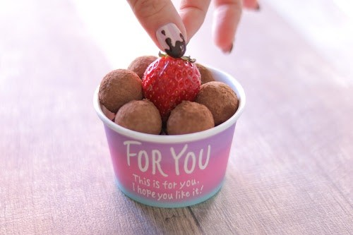 「イチゴ」「お菓子」「お菓子作り」「チョコ」「ネイル」「バレンタインネイル」「女性・女の子」などがテーマのフリー写真画像