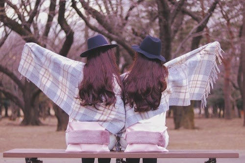 「公園」「冬」「友達」「双子ルック」「女性・女の子」「指差し」「森」などがテーマのフリー写真画像