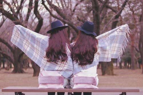 冬の公園で楽しそうにしている双子の女の子たち