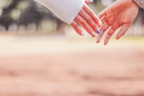 「カップル」「ホワイトデー」「公園」「女性・女の子」「恋人」「手繋ぎ」「春」などがテーマのフリー写真画像