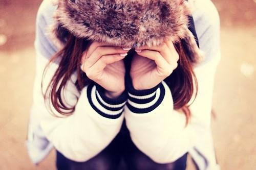 「冬」「女性・女の子」「帽子」「悲しい」「泣き真似」「泣く」などがテーマのフリー写真画像