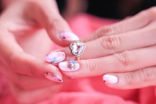 お気に入りの花柄♡春ネイルに指輪をプラス