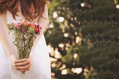 「ドライフラワー」「女性・女の子」「母の日」「縦長画像」「花」「花束」などがテーマのフリー写真画像