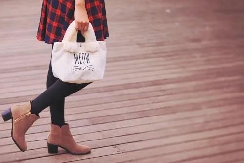 かわいい猫トートを持ってウッドデッキを歩く女の子