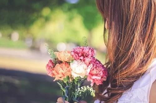 「ウェディング」「カーネーション」「女性・女の子」「春」「母の日」「花」「花束」などがテーマのフリー写真画像
