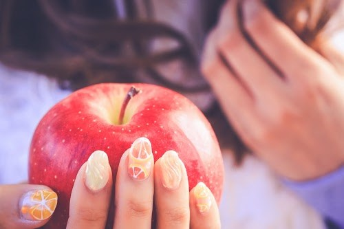「ジューシーネイル」「ドロップネイル」「ネイル」「ネイルアート」「フルーツ」「フルーツネイル」「りんご」「夏ネイル」「食べ物」などがテーマのフリー写真画像