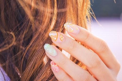 風になびく髪の毛を直す女の子