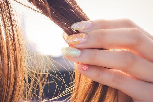 髪の毛を触る女の子の手