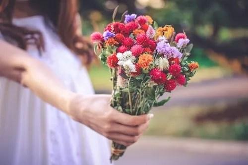 「ドライフラワー」「女性・女の子」「春」「母の日」「花」「花束」などがテーマのフリー写真画像