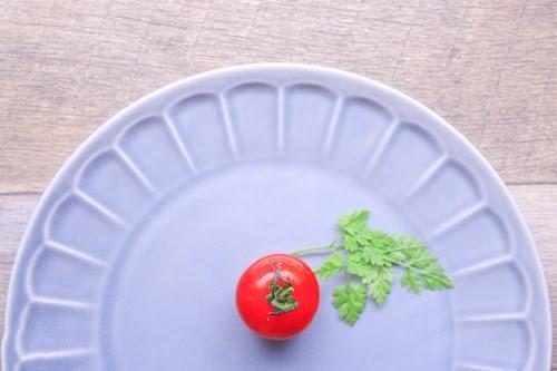 おしゃれな皿に、ちょこんと置かれた真っ赤な♡みつトマト