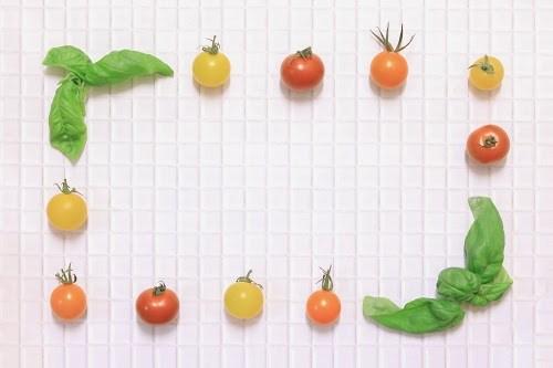 「キッチン」「トマト」「バジル」「俯瞰撮り」「真上から」「野菜」「食べ物」などがテーマのフリー写真画像