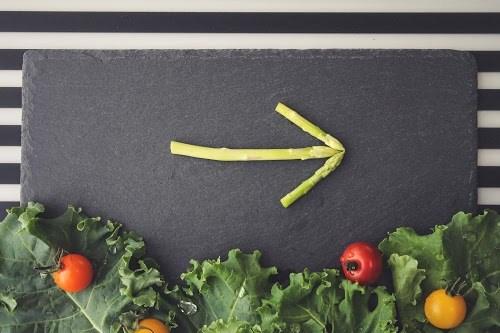 黒板プレートの上に乗ったアスパラの矢印(右)