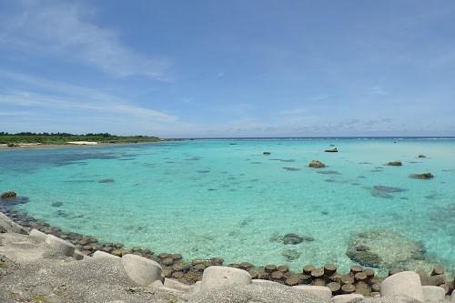 「ビーチ」「リゾート」「下地島」「下地島空港17エンド」「南国」「夏」「宮古島」「岩」「沖縄」「海」「砂浜」「空」「離島」「青空」などがテーマのフリー写真画像