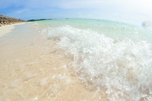 下地島空港17エンドビーチの透明な波しぶき