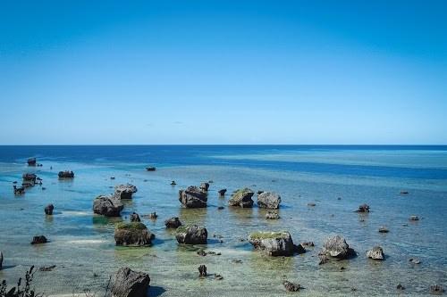 隆起珊瑚礁の石灰岩と、どこまでも続くコバルトブルーの海