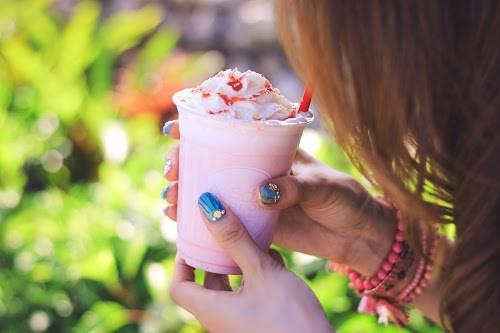 ホイップたっぷり♡フラミンゴカラーが可愛いスムージーを飲んでいる女の子