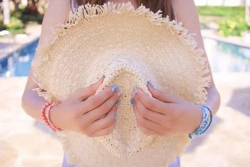 「シェルネイル」「ネイル」「ネイルアート」「プール」「ブレスレット」「マーメイドネイル」「リゾート」「南国」「夏」「夏ネイル」「女性・女の子」「手」「海ネイル」「金魚の鱗ネイル」「麦わら帽子」などがテーマのフリー写真画像