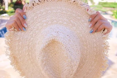 フリンジ中折れ麦わら帽子と夏ネイル