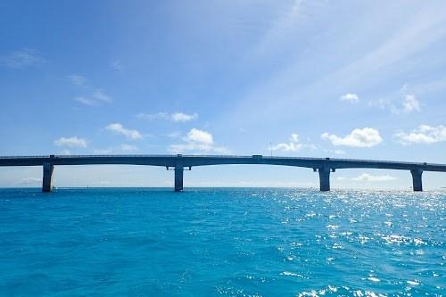 「リゾート」「八重干瀬(やびじ)」「南国」「夏」「宮古ブルー」「宮古島」「橋」「沖縄」「波」「海」「空」「離島」「雲」などがテーマのフリー写真画像