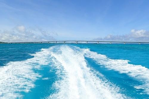 コーラルブルーと真っ白な波しぶきの航路が美しい宮古の海