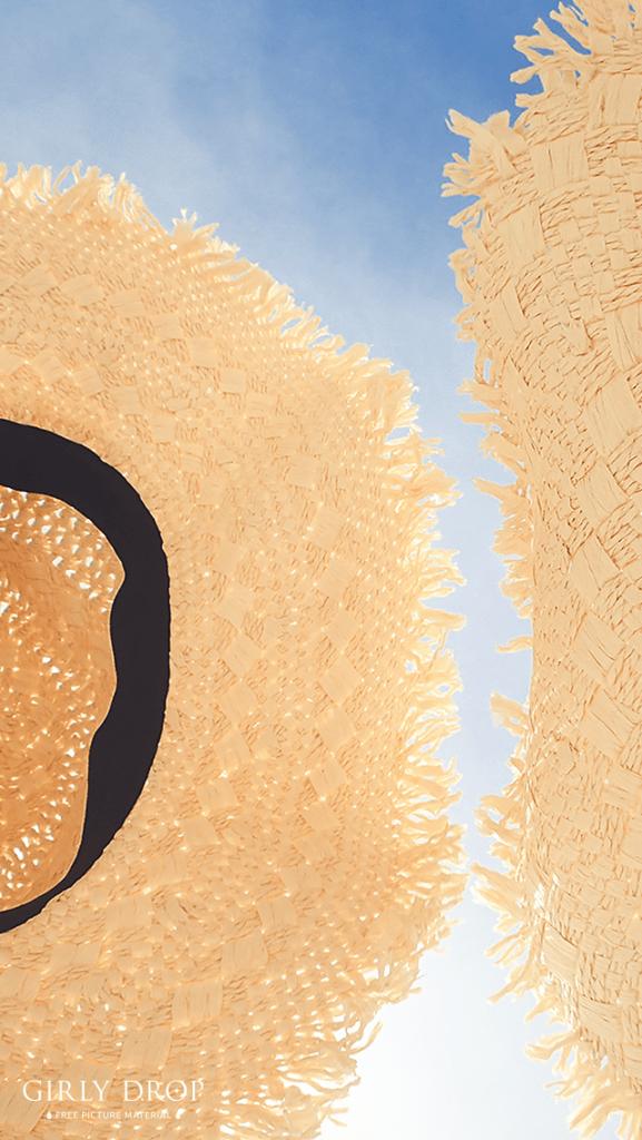 【オシャレなiPhone壁紙】青空に掲げられた2つの麦わら帽子