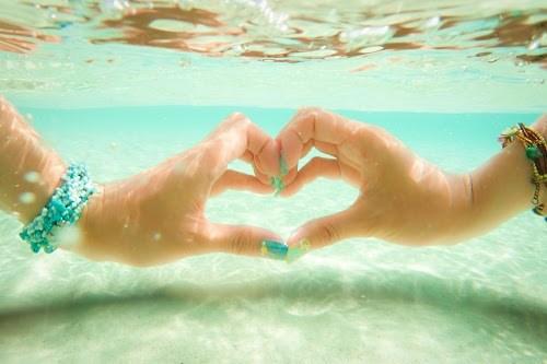 「LOVE」「ネイル」「ハート」「ブレスレット」「リゾート」「下地島」「下地島空港17エンド」「南国」「夏」「宮古島」「手」「水中」「沖縄」「海」「海ネイル」「砂浜」「離島」などがテーマのフリー写真画像
