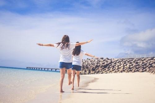 「ビーチ」「リゾート」「下地島」「下地島空港17エンド」「南国」「友達」「夏」「女性・女の子」「宮古島」「沖縄」「海」「砂浜」「空」「離島」などがテーマのフリー写真画像