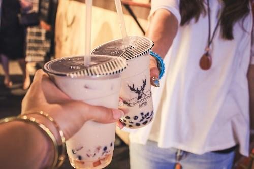 「カフェ」「タピオカ」「ドリンク」「ミルクティー」「乾杯」「友達」「女性・女の子」「飲み物」などがテーマのフリー写真画像