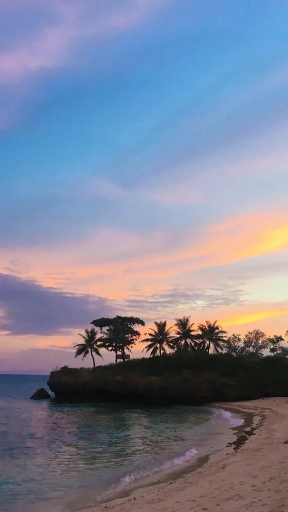 【オシャレなiPhone壁紙】マクタン島のビーチの美しすぎる夕焼けとヤシの木