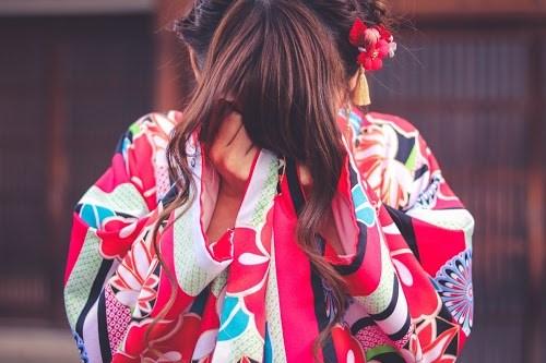 「しだれ柳」「和」「和服」「女性・女の子」「着物」「縦長画像」「金沢」などがテーマのフリー写真画像
