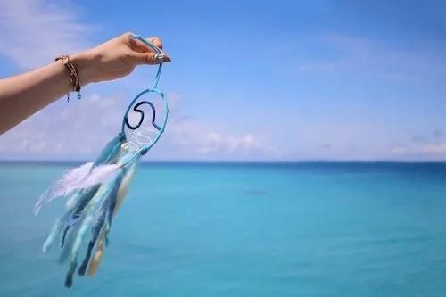 宮古ブルーをバックに潮風になびいてるドリームキャッチャー
