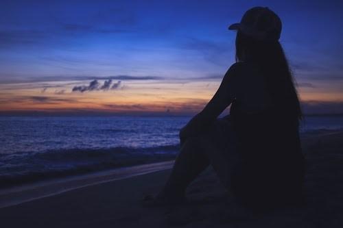 「リゾート」「体育座り」「南国」「夏」「夕日」「夕焼け」「夕陽」「女性・女の子」「宮古島」「悩む」「沖縄」「海」「離島」などがテーマのフリー写真画像