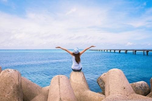「テトラポット」「ビーチ」「リゾート」「下地島」「下地島空港17エンド」「南国」「夏」「女性・女の子」「宮古ブルー」「宮古島」「沖縄」「海」「空」「離島」などがテーマのフリー写真画像