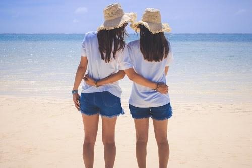「ビーチ」「リゾート」「下地島」「下地島空港17エンド」「南国」「友達」「双子ルック」「夏」「女性・女の子」「宮古ブルー」「宮古島」「沖縄」「海」「空」「離島」などがテーマのフリー写真画像