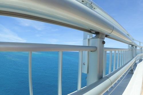 宮古島ブルーが一面に広がる『伊良部大橋』